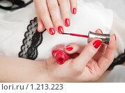 Купить «Женщина красит ногти», фото № 1213223, снято 6 ноября 2009 г. (c) Яков Филимонов / Фотобанк Лори