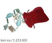Купить «Подарочный мешочек с бусами на белом фоне», фото № 1213931, снято 14 ноября 2009 г. (c) Neta / Фотобанк Лори