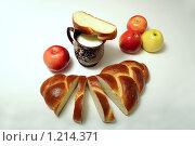 Батон с чашкой молока и яблоками. Стоковое фото, фотограф Виталий Гречко / Фотобанк Лори