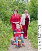 Купить «Две  женщины и   мальчик», фото № 1214779, снято 29 августа 2009 г. (c) Яков Филимонов / Фотобанк Лори