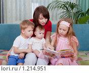 Купить «Мама с тремя детьми читают книгу», эксклюзивное фото № 1214951, снято 15 ноября 2009 г. (c) Juliya Shumskaya / Blue Bear Studio / Фотобанк Лори
