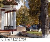 Скверик возле дома с колоннами, г. Тула. Стоковое фото, фотограф Екатерина Петрова / Фотобанк Лори