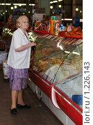 Купить «Пенсионерка на рынке», фото № 1226143, снято 9 августа 2007 г. (c) Сафронова Мария / Фотобанк Лори