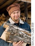 Купить «Мужчина набирает дрова чтобы натопить баню», фото № 1228559, снято 15 ноября 2009 г. (c) Надежда Смирнова / Фотобанк Лори