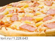 Купить «Пицца с ветчиной и кусочками ананаса», фото № 1228643, снято 13 июля 2009 г. (c) Юлия Сайганова / Фотобанк Лори