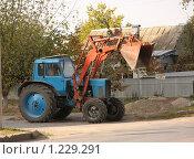 Купить «Трактор с ковшом», фото № 1229291, снято 20 октября 2009 г. (c) Ольга Лерх Olga Lerkh / Фотобанк Лори