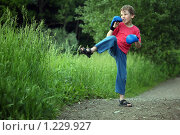 Купить «Мальчик в боксерских перчатках на улице», фото № 1229927, снято 11 июня 2009 г. (c) Losevsky Pavel / Фотобанк Лори