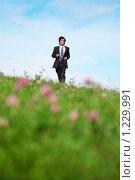 Купить «Бизнесмен бежит по траве», фото № 1229991, снято 12 июня 2009 г. (c) Losevsky Pavel / Фотобанк Лори