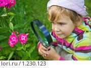 Купить «Маленькая девочка с лупой рассматривает цветок», фото № 1230123, снято 6 августа 2009 г. (c) Losevsky Pavel / Фотобанк Лори