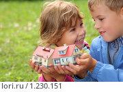 Купить «Дети с двумя игрушечными домиками в руках в парке», фото № 1230151, снято 8 августа 2009 г. (c) Losevsky Pavel / Фотобанк Лори