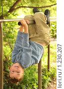 Купить «Мальчик висит на турнике», фото № 1230207, снято 8 августа 2009 г. (c) Losevsky Pavel / Фотобанк Лори