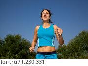Купить «Девушка занимается спортом на природе», фото № 1230331, снято 13 августа 2009 г. (c) Losevsky Pavel / Фотобанк Лори