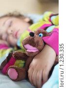 Купить «Девочка спит в кровати с плюшевой игрушкой», фото № 1230335, снято 30 июня 2009 г. (c) Losevsky Pavel / Фотобанк Лори