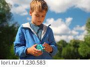 Купить «Кубик Рубика в руках мальчика», фото № 1230583, снято 26 августа 2009 г. (c) Losevsky Pavel / Фотобанк Лори