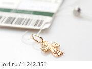 Золотой нательный крестик на белом фоне. Стоковое фото, фотограф Наталия Жильцова / Фотобанк Лори