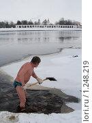 Морж колет лед на реке (2009 год). Редакционное фото, фотограф Ярослава Синицына / Фотобанк Лори
