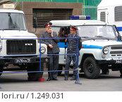 Купить «Милиционеры стоят около машин», эксклюзивное фото № 1249031, снято 18 мая 2008 г. (c) lana1501 / Фотобанк Лори