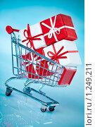 Купить «Тележка с подарками», фото № 1249211, снято 26 ноября 2009 г. (c) Андрей Армягов / Фотобанк Лори