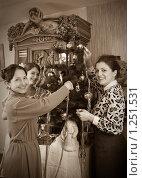Купить «Ретрофото девушек с матерью, украшающих елку», фото № 1251531, снято 28 ноября 2009 г. (c) Яков Филимонов / Фотобанк Лори