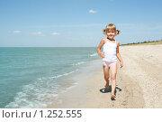 Купить «Маленькая девочка у моря», фото № 1252555, снято 20 августа 2009 г. (c) Анатолий Типляшин / Фотобанк Лори