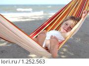 Купить «Девочка отдыхает на гамаке», фото № 1252563, снято 8 сентября 2009 г. (c) Анатолий Типляшин / Фотобанк Лори