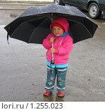 Ребенок под мужским зонтом (2007 год). Редакционное фото, фотограф Андрей Гагарин / Фотобанк Лори