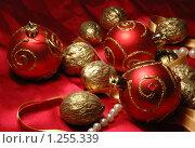 Купить «Новогодняя (рождественская) открытка с елочными игрушками и позолоченными орехами», фото № 1255339, снято 10 ноября 2009 г. (c) крижевская юлия валерьевна / Фотобанк Лори