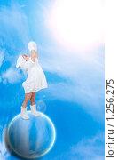 Маленькая девочка на планете тянется к источнику света. Стоковое фото, фотограф Ирина Солошенко / Фотобанк Лори