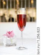 Купить «Бокал с красным вином», фото № 1256823, снято 31 марта 2009 г. (c) Ярослав Данильченко / Фотобанк Лори