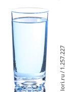 Купить «Стакан с водой на белом фоне», фото № 1257227, снято 12 сентября 2009 г. (c) Денис Ларкин / Фотобанк Лори
