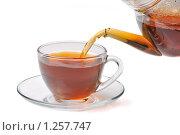 Чай, льющийся из чайника в чашку. Стоковое фото, фотограф Денис Ларкин / Фотобанк Лори