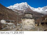 Купить «Непал. Ступа в деревне Сама Гаон (3400 м)», фото № 1258951, снято 1 ноября 2009 г. (c) Михаил Ворожцов / Фотобанк Лори