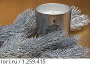 Еловая ветка и свеча на золотом фоне. Стоковое фото, фотограф Татьяна Вишнякова / Фотобанк Лори