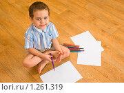 Купить «Мальчик рисует сидя на полу», фото № 1261319, снято 24 ноября 2009 г. (c) Михаил Павлов / Фотобанк Лори