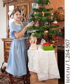 Купить «Девушка наряжает елку», фото № 1264907, снято 28 ноября 2009 г. (c) Яков Филимонов / Фотобанк Лори