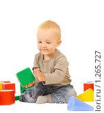 Купить «Мальчик играет с кубиками», фото № 1265727, снято 30 августа 2008 г. (c) Валентин Мосичев / Фотобанк Лори