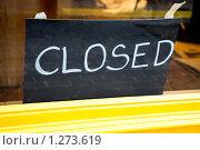 """Купить «Табличка """"Закрыто"""" в окне кафе», фото № 1273619, снято 16 сентября 2009 г. (c) Elena Rostunova / Фотобанк Лори"""