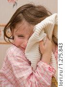 Девочка вытирает лицо полотенцем. Стоковое фото, фотограф Ольга Полякова / Фотобанк Лори