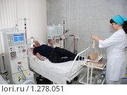 """Купить «Переливание крови. Врач подключает пациента к аппарату """"Искусственная почка"""".», фото № 1278051, снято 22 января 2009 г. (c) Александр Легкий / Фотобанк Лори"""