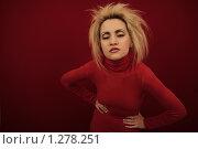 Портрет молодой девушки в красной водолазке на красном фоне. Студийное фото. Стоковое фото, фотограф Майер Георгий Владимирович / Фотобанк Лори