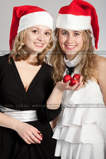 Две девушки в новогодних колпачках фото 359-696