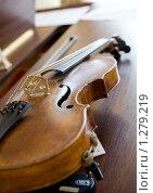 Купить «Скрипка на пианино», фото № 1279219, снято 28 мая 2008 г. (c) Федор Кондратенко / Фотобанк Лори