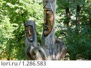 """Скульптура """"Святое семейство"""", вырезанная из старого ствола дерева в парке. Выборг (2009 год). Редакционное фото, фотограф Александр Щепин / Фотобанк Лори"""