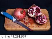 Гранат и нож. Стоковое фото, фотограф Бауэр Александра / Фотобанк Лори