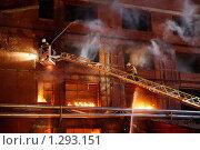 Купить «Пожарные борются с огнем», фото № 1293151, снято 6 декабря 2009 г. (c) Татьяна Белова / Фотобанк Лори