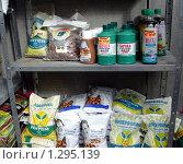 Купить «Полки с удобрениями в уличном магазине для садоводов», фото № 1295139, снято 19 сентября 2008 г. (c) Наталья Лабуз / Фотобанк Лори
