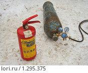 Купить «Баллон для газовой сварки и огнетушитель», эксклюзивное фото № 1295375, снято 10 декабря 2009 г. (c) Алёшина Оксана / Фотобанк Лори