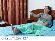 Купить «Мужчина в постели смотрит телевизор», фото № 1297127, снято 14 ноября 2009 г. (c) Stockphoto / Фотобанк Лори