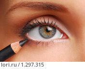Купить «Женский глаз и черный карандаш для век», фото № 1297315, снято 24 сентября 2007 г. (c) Валуа Виталий / Фотобанк Лори