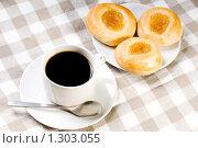 Купить «Кофе и свежие булочки на клетчатой салфетке», фото № 1303055, снято 17 декабря 2009 г. (c) Юлия Сайганова / Фотобанк Лори